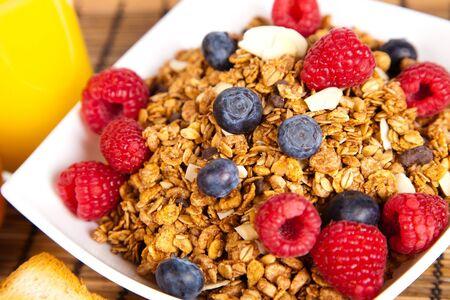 comiendo cereal: plato de muesli con frutas frescas
