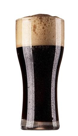 schwarzbier: Frosty Glas dunkles Bier auf wei�em Hintergrund isoliert