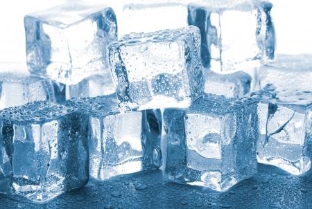 cubetti di ghiaccio: cubetti di ghiaccio fusione sul tavolo di vetro Archivio Fotografico