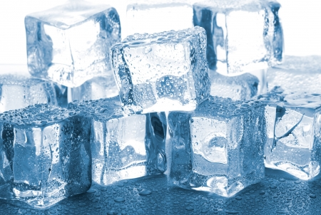 cubos de hielo: derritiendo cubitos de hielo sobre la mesa de cristal Foto de archivo