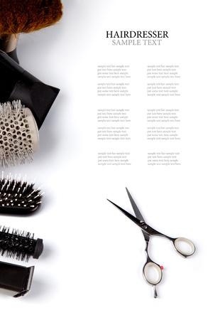 peluquerias: tijeras y peines en blanco Foto de archivo