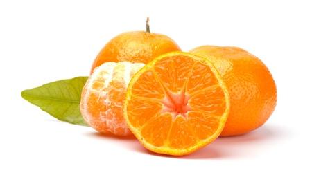 Mandarinen mit Bl?ttern isoliert auf wei? Standard-Bild - 20709321