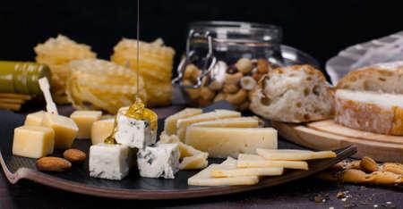 comiendo pan: queso diferente Foto de archivo