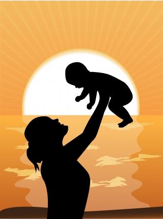 Silhouette Mutter Anheben eines Kindes gegen das Meer und den Sonnenuntergang