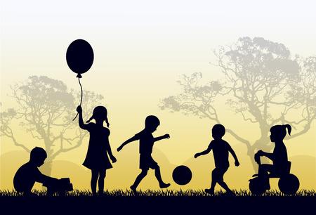 jugando: Siluetas de los ni�os que juegan al aire libre en la hierba y los �rboles