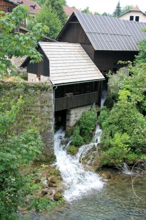 watermill: antiguo molino de agua en cerca de Rastoke Slunj, Croacia