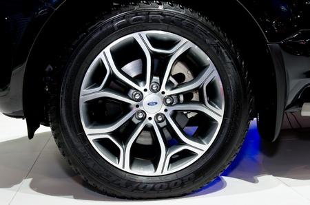 4 wheel: BANGKOK - 4 de abril: Rueda de coche Ford en exhibici�n en la 33 � Bangkok International Motor Show el 4 de abril de 2012 en Bangkok, Tailandia. Editorial