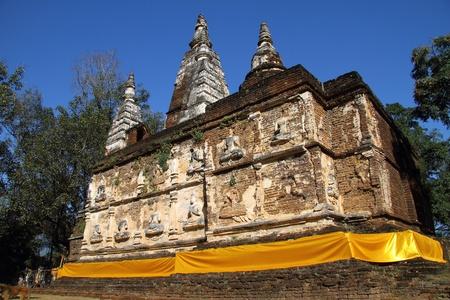 top 7: El cielo azul en el templo de siete estupa superior y de superposici�n de color amarillo en la provincia de Chiang Mai, Tailandia