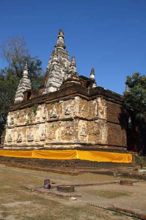 top 7: Antigua pagoda en el templo siete estupa superior con recubrimiento de color amarillo en la provincia de Chiang Mai, Tailandia Foto de archivo