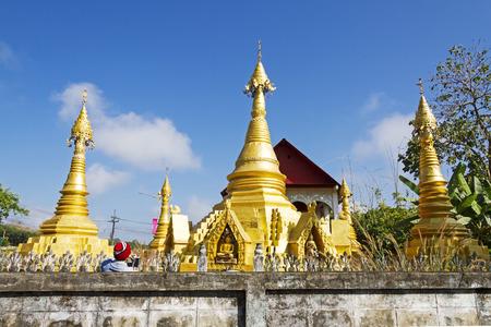 det: Four gold pagoda and sky at Wat Som Det Temple, Sangkhla Buri, Kanchanaburi Province , Thailand Stock Photo