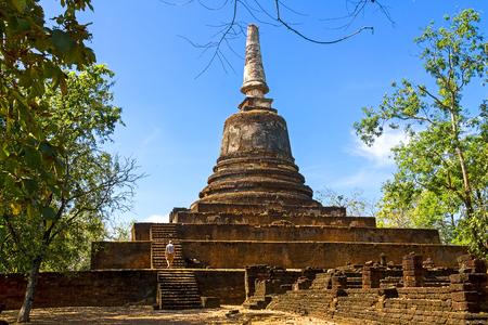 Templo de Wat Khao Suwankhiri y cielo claro en el parque histórico de Sisatchanalai, provincia de Sukhothai Tailandia Foto de archivo - 83856307