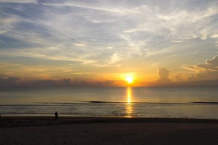 Amanecer sobre el agua y la sombra en baech en la playa Ban Krut Beach, en la provincia de Prachap Kirikhun, Tailandia es famosa por viajar