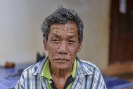 その老人は顔にしわがある。家族のために70年以上一生懸命働いてきました。何かを考える