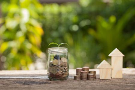 お金、工場、金融貯蓄を家を買うためのお金、コンセプト保存木コイン、成長、ビジネス、お金の山に発芽の順序で成長しています。