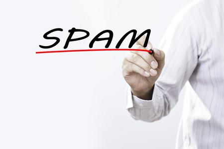 Zakenmanhand het schrijven spam met rode teller op transparant veegt raad, bedrijfsconcept af