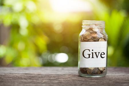 돈을 절약 개념 돈을 자선 단체에 줘. 스톡 콘텐츠