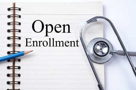 ノートと鉛筆オープン登録単語医療概念としての聴診器。
