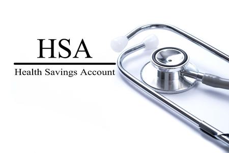 HSA (健康の普通預金口座) 聴診器、医療の概念とテーブルの上でのページ