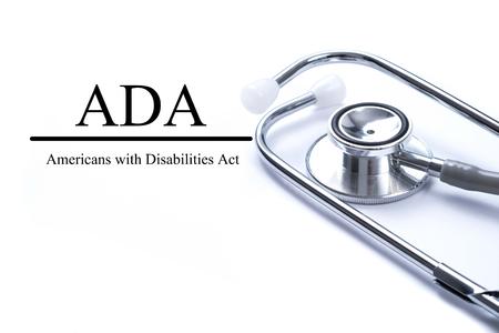 ADA (アメリカ障害者法) 聴診器、医療の概念とテーブルの上のページ.