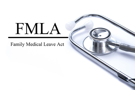 FMLA 가족 의료 휴가와 페이지 청진 기, 의료 개념 테이블에 행동 스톡 콘텐츠