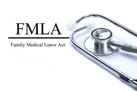 Pagina met FMLA familie medisch verlof handelen op de tafel met stethoscoop, medisch concept Stockfoto
