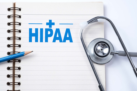 ノートや聴診器、医療の概念で「HIPAA (の健康保険の携行性と責任に関する法律 1996年)」テーブルの上で鉛筆。