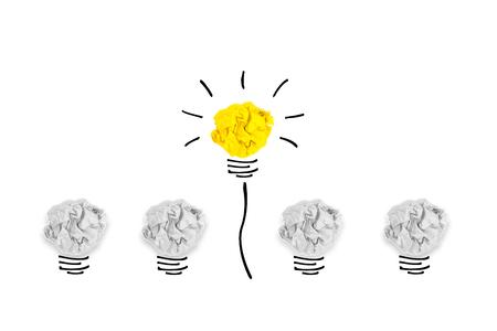 창조적 인 개념입니다. 흰색 배경에 전구 구겨진 된 종이에 뛰어난 노란색 전구 스톡 콘텐츠