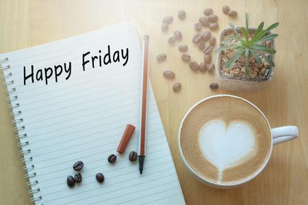 Concetto Buon venerdì messaggio su taccuino, matita e tazza di caffè sul tavolo di legno.