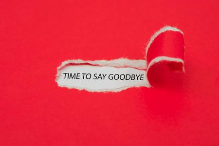 Carta rossa strappata che rivela la parola Tempo per dire addio. Concetto di affari.