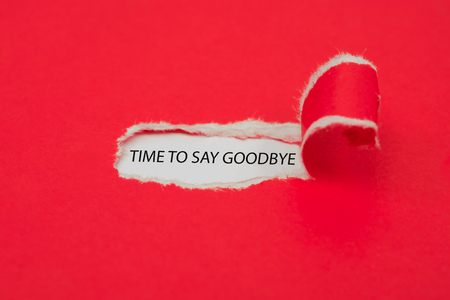 Gescheurd rood papier dat het woord Tijd om afscheid te nemen onthult. Bedrijfsconcept.