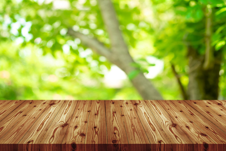 Perspective wooden table on top over blur natural background, can be used mock up for montage products display or design layout. 免版税图像
