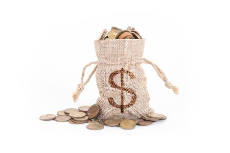 Geldbeutel und Münzen auf weißem Hintergrund. Zeit zu investieren, Zeitwert für Geld, Familienplanung, Geldeinsparung, Finanzeinsparung und Investitionskonzept