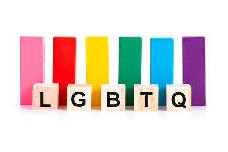 Alfabetycznie LGBTQ i kolorowy drewniany klocek na białym tle. Pojęcie aktywizmu LGBT. Zdjęcie Seryjne