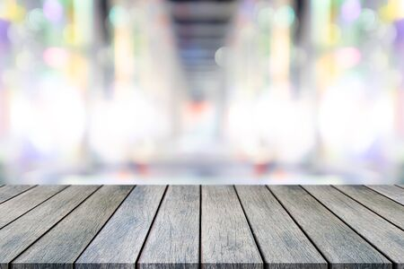 Perspective empty wooden table on top over blur background, can be used mock up for montage products display or design layout. Imagens