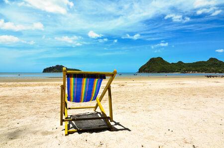 Sillas de playa en la playa de arena blanca con azul cielo nublado Foto de archivo - 24055246