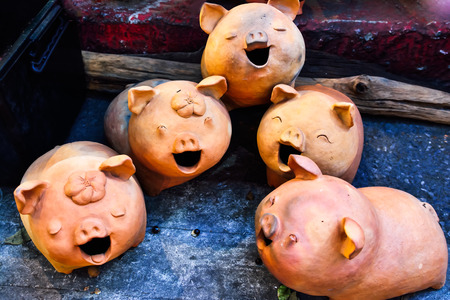 curly tail: Five Pig statues laugh