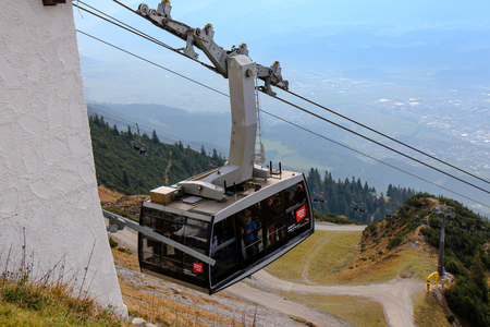 Innsbruck, Austria - Oct 18, 2018 : cable car in Innsbruck for climb to Hafelekarspitze.Austria landmark in Innsbruck, Austria 新聞圖片