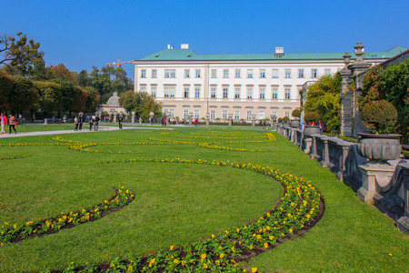 SALZBURG, AUSTRIA -Oct 20, 2018: view of famous Mirabell Gardens with the old historic Fortress Hohensalzburg. 新聞圖片