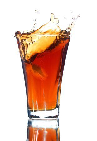 t� helado: bebidas no alcoh�licas con un chorro aislado en blanco