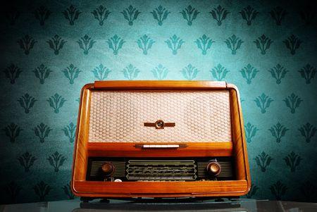 Vintage radio sur fond bleu  Banque d'images