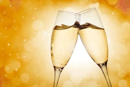 brindisi champagne: Due bicchieri di champagne elegante ad alta risoluzione immagine Archivio Fotografico