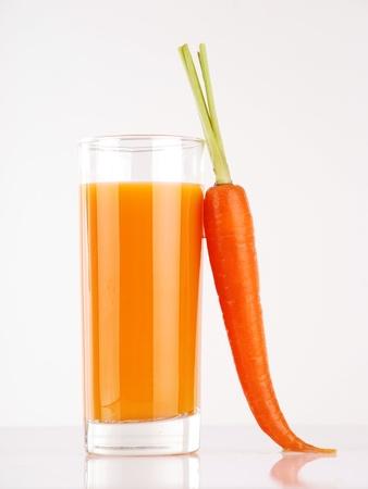 jus orange glazen: Vers sap gemaakt van wortelen
