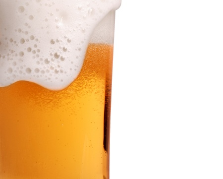 brew beer: Vidrio de primer plano de la cerveza con espuma
