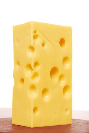 queso rayado: pieza de queso sobre un fondo blanco