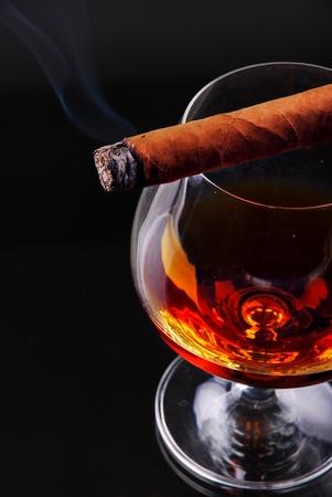 cigarro: Vaso de co�ac con un cigarro