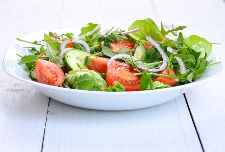 ensalada verde: ensalada de verduras frescas en un recipiente