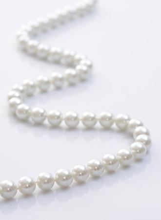 Primer plano imagen de un collar de perlas