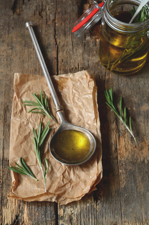 aceite de oliva: Haciendo aceite de romero fragante con aceite de oliva y hierbas frescas Foto de archivo