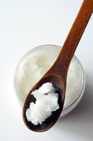 De coco con aceite de coco en una cuchara Foto de archivo