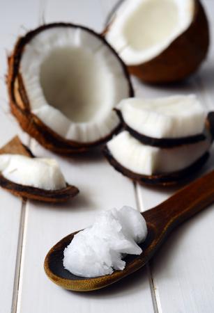 coco: De coco con aceite de coco en una cuchara Foto de archivo
